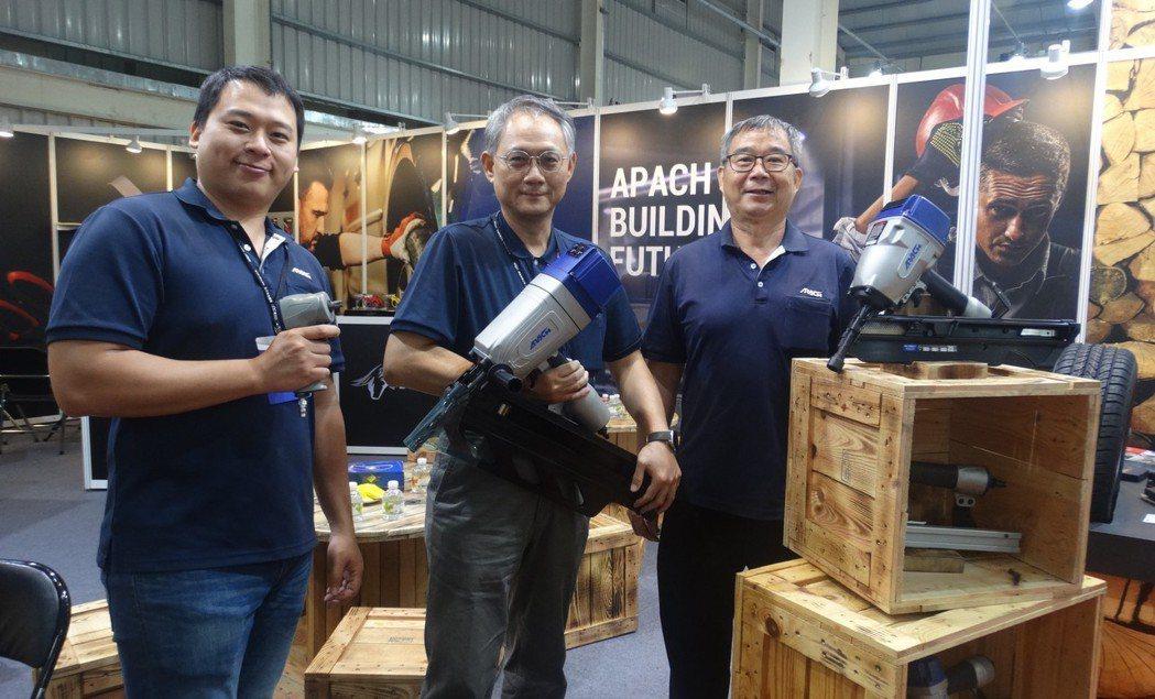 力偕董事長陳永魁(右一)表示新推出的氣動衝擊板手系列產品,讓公司從建築木工工具跨...