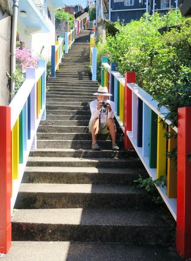台灣金瓜石祈堂老街被漆上七彩顏色,成為網美打卡聖地,許多人驚呼「金瓜石要毀了」。...