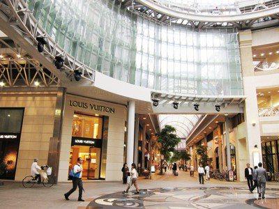 香川縣高松市的商店街花了百億改造,寬敞明亮,卻沒有人氣。圖/報系資料照