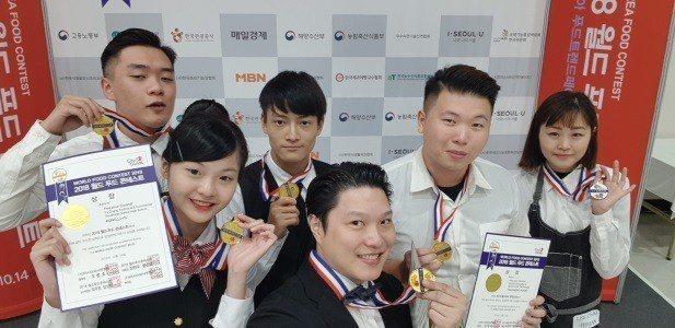 景文科大在王嘉欽老師教導下,榮獲創意調酒組4金1銀佳績。