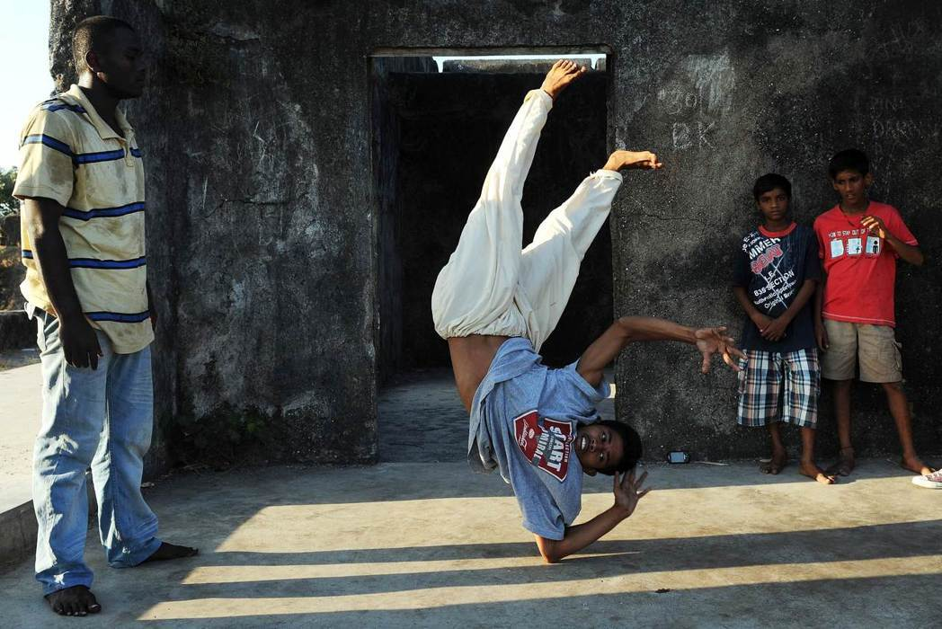 SlumGods是印度最早的嘻哈饒舌團體,開設了一個針對社區學童的活動中心,提供...