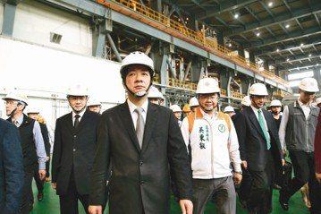 行政院長賴清德(中)10月5日表示,火力發電廠只佔了台灣4%~9%的空汙來源。圖為今年3月賴清德視察林口火力發電廠。 圖/聯合報系資料照