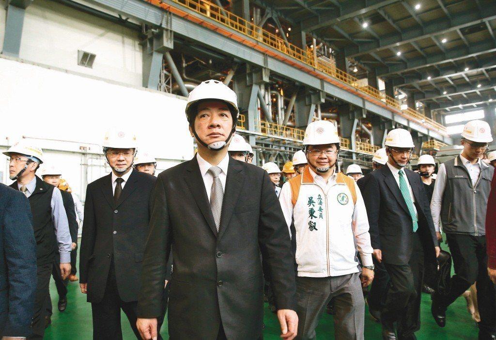 行政院長賴清德(中)10月5日表示,火力發電廠只佔了台灣4%~9%的空汙來源。圖...