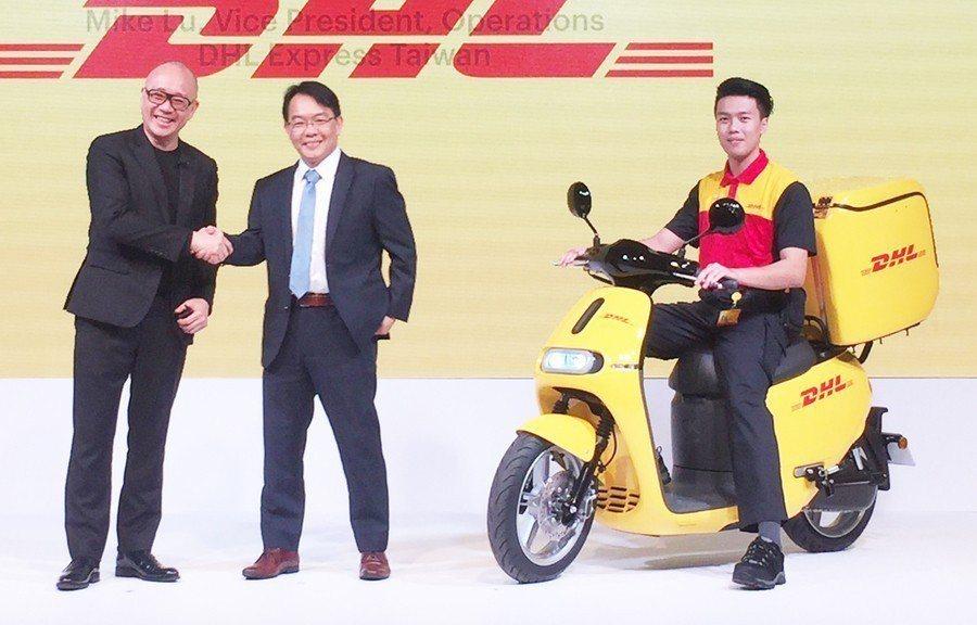 Gogoro創辦人陸學森(左)與DHL運務處副總裁盧嘉棟(右)攜手合作,開創台灣...