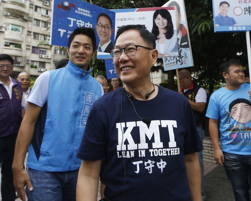 丁守中(前)多年政治經營,仍有老朋友願意金援。 攝影/郭晉瑋