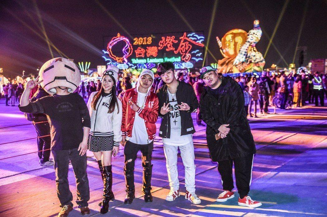 DJ貢丸(左起)、水木目、小中、Gary、青木日前到嘉義燈會演出。圖/尬音樂提供