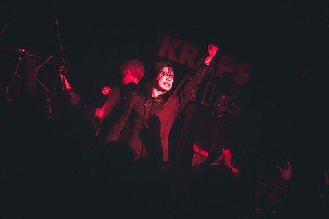 閃靈樂團睽違5年,催生出第8張專輯「政治Battlefields of Asura」,日前飛往北海道造勢,由於主唱Freddy平日有國會行程,下工後又遇到飛機delay(延遲),讓眾人緊張不已,所幸...
