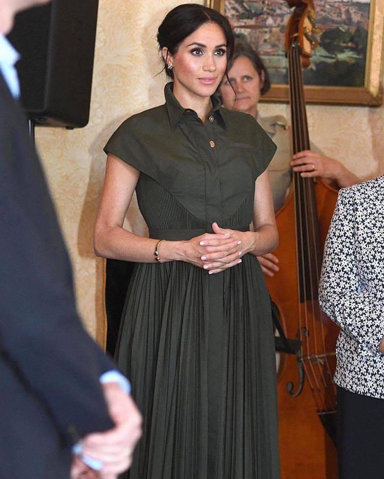 梅根換上軍綠色Brandon Maxwell洋裝參訪Admiralty Hous...