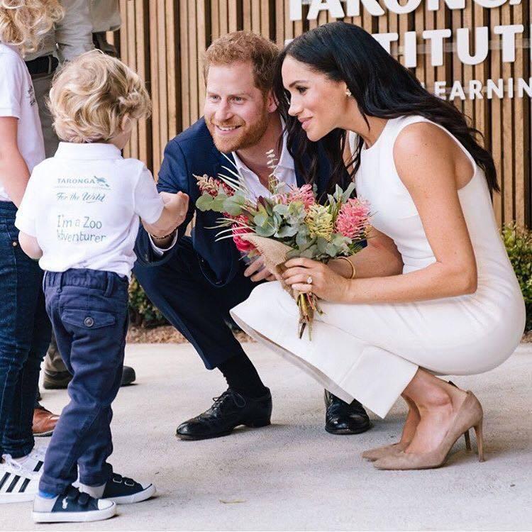 哈利王子與梅根宣佈懷孕後首次公開亮相,身穿Karen Gee配戴黛妃的珠寶。圖/...