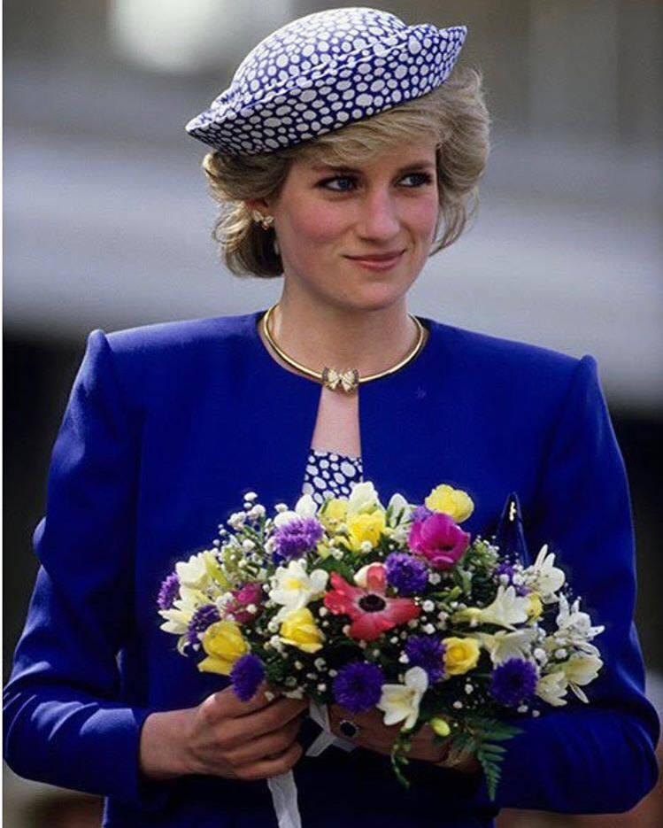 梅根配戴的蝴蝶耳環,黛妃曾經於1986年陪同查爾斯王子造訪加拿大時配戴過。圖/取...
