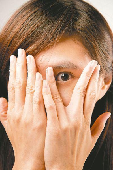 醫師表示,眼睛疲勞有時也會併有眼睛乾澀,是因上班族經常待在冷氣房內,加上工作專注...