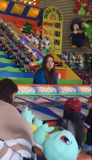 網友上傳疑似Kyla在美國遊樂園打工的影片。圖/摘自微博