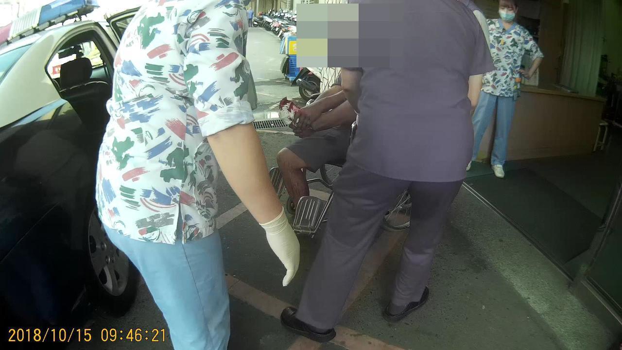 警方以警車充當救護車疾駛到醫院,醫護人員搶救林姓棗農。記者林保光/翻攝