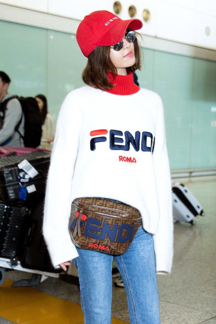 蔡依林身穿FENDI Mania系列白色高領針織衫39,000元、腰包39,00...