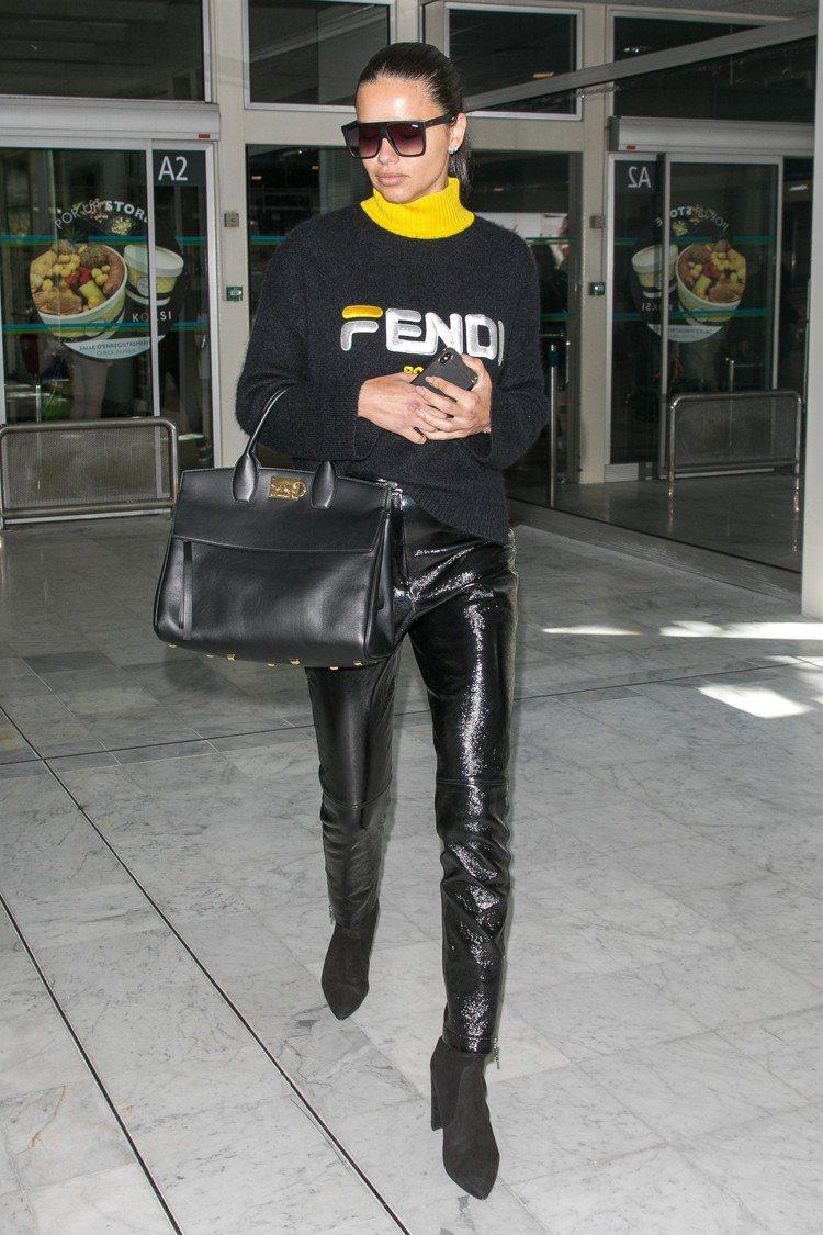 阿德瑞娜.利瑪詮釋FENDI Mania系列高領針織衫黑色款。圖/FENDI提供
