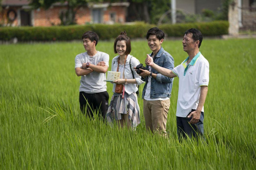 吳朋奉(右)劇中帶著兒子與他的同學們遊覽介紹鴿舍。圖/公視提供