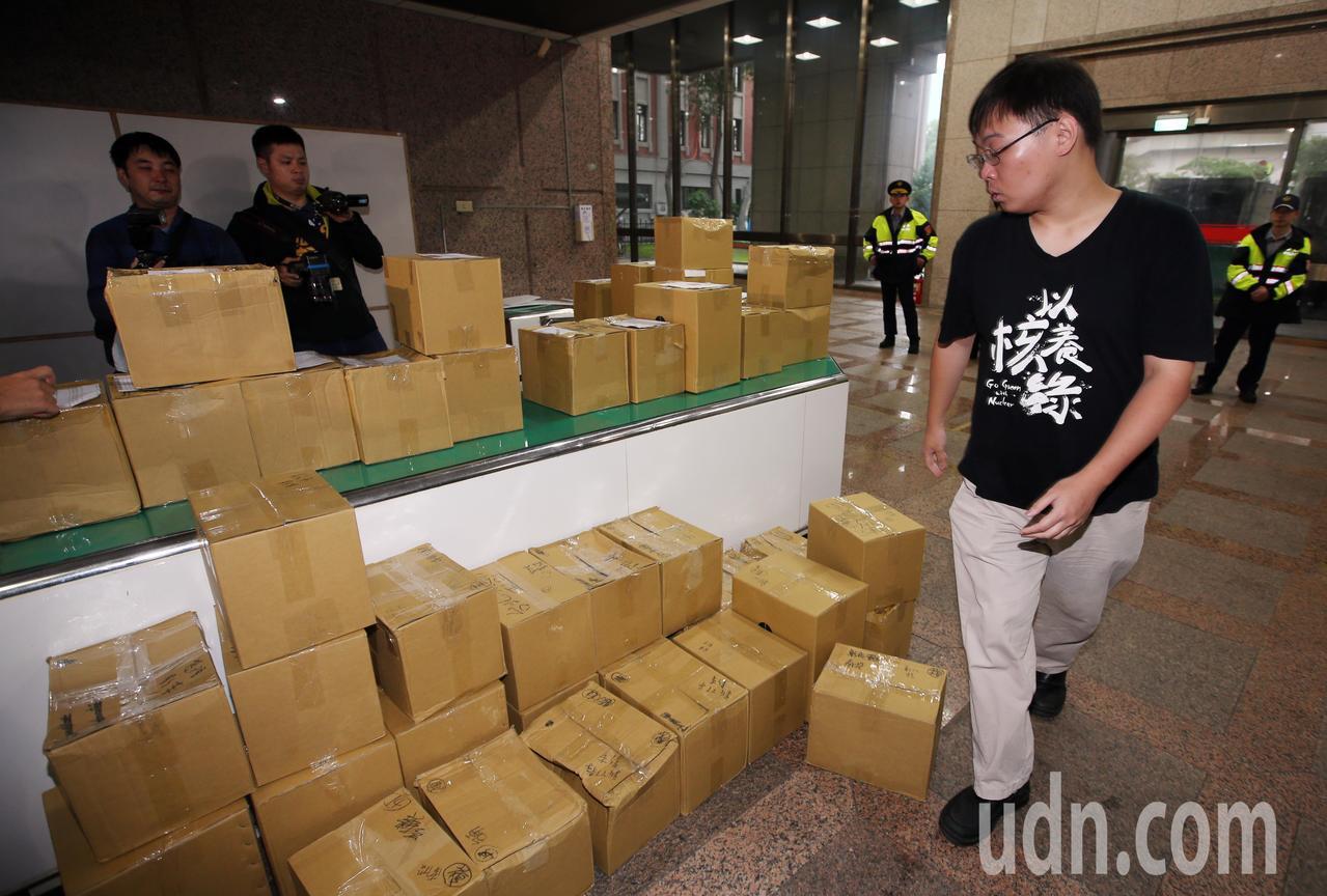 「以核養綠」公投領銜人黃士修下午並將2.4萬份連署書從新竹運往台北,大批連署書堆...
