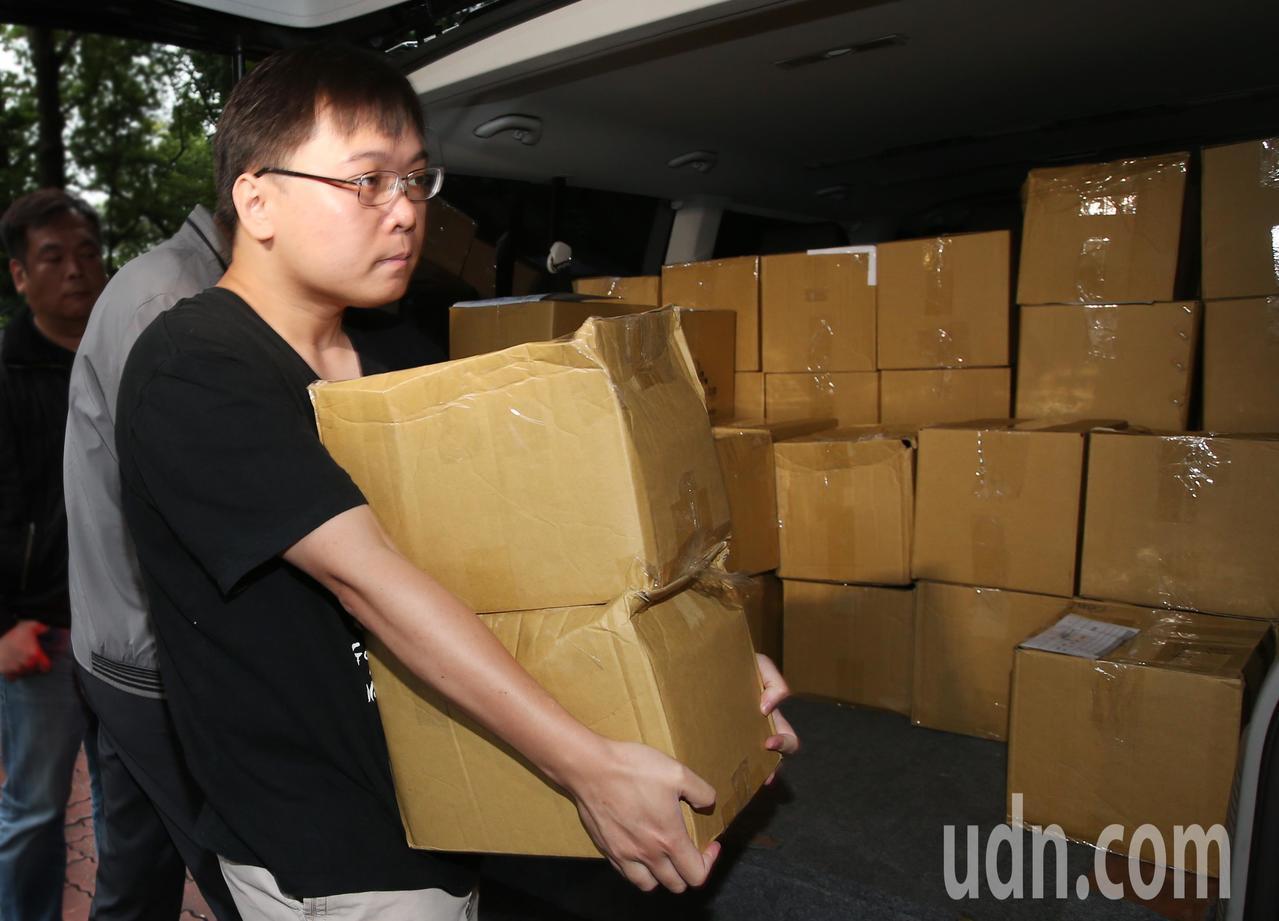 「以核養綠」公投領銜人黃士修下午將2.4萬份連署書從新竹運往台北,黃土修並向中選...