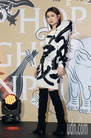 故宮南院將在10月27日舉辦「Open Data 跨界文化之夜:嘻哈故宮」活動,今天舉辦記者會,邀請藝人Selina與名模林又立等一起走秀,Selina表示覺得很榮幸,拍照的時候就非常喜歡身上的衣服...
