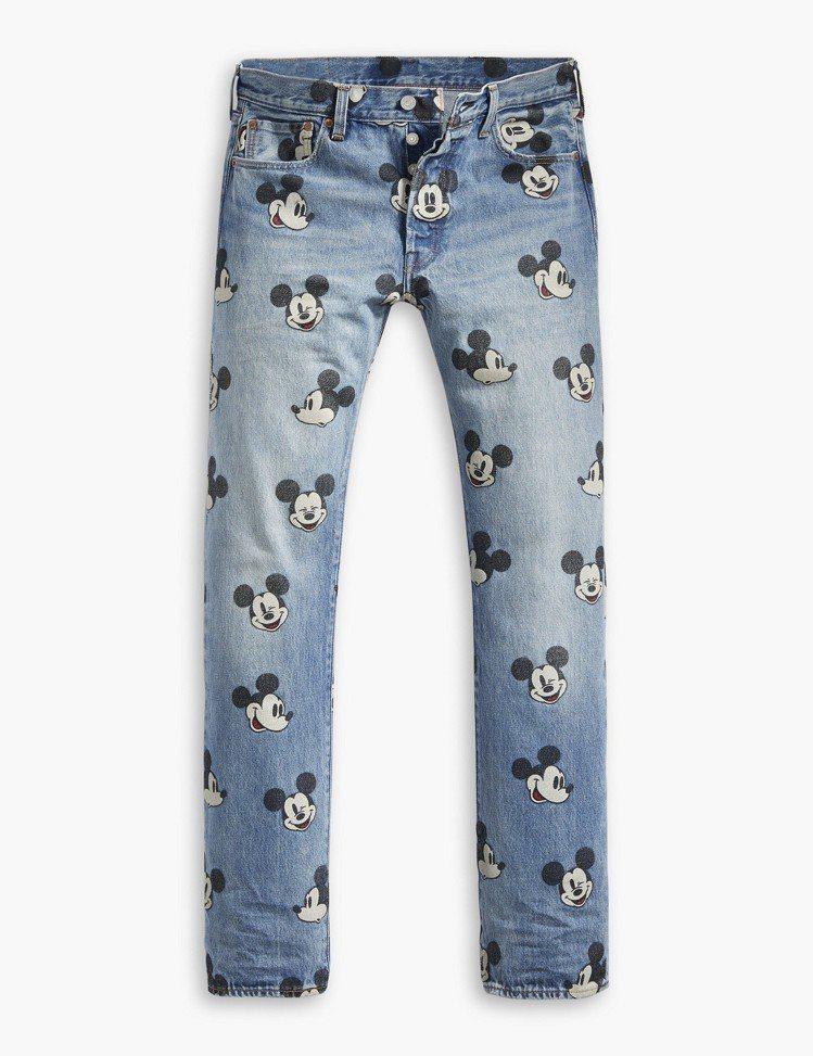 LEVI'S與米奇聯名系列男款滿版印花直筒丹寧褲,3,990元。圖/LEVI'S...