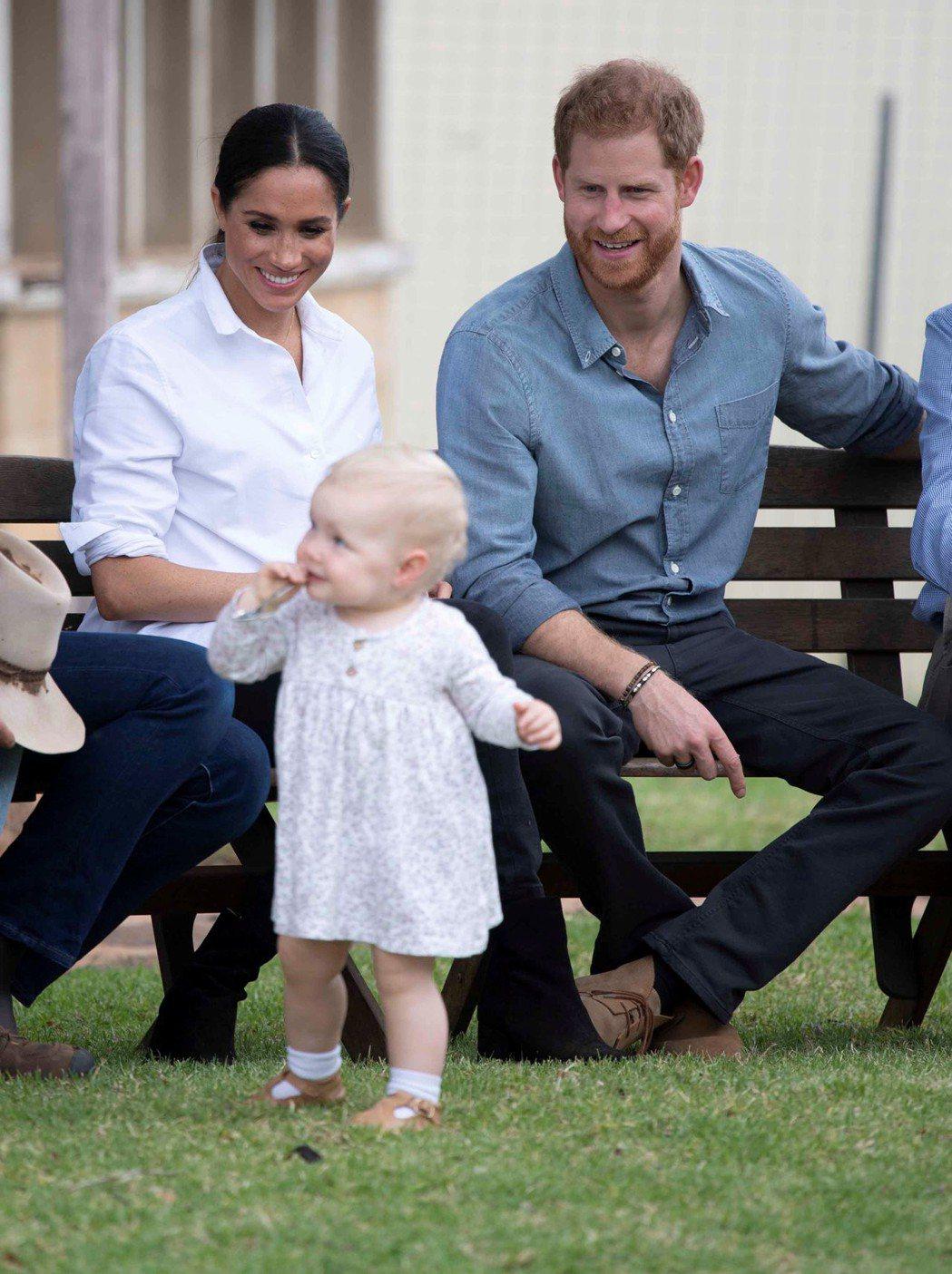 梅根與哈利在澳洲拜會,見到小朋友特別開心。圖/路透資料照片