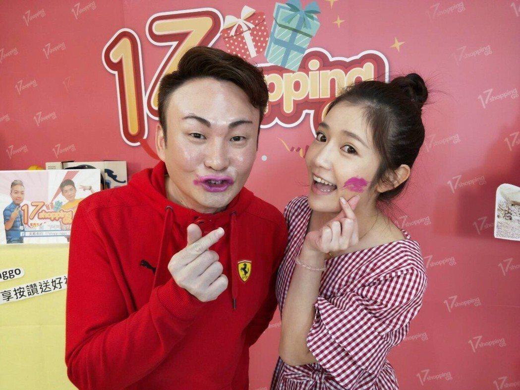紅毛(左)與郭亞棠上民視直播節目「17shoppinggo」。圖/民視提供
