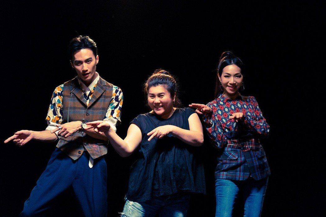 林美秀(中)為MV編舞,更親自指導李英宏(左)和萬芳。圖/親愛的工作室提供