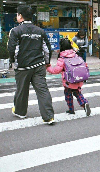 靖娟基金會建議家長,過馬路要牽孩子手腕、走孩子左側,有助減少兒童交通事故發生。 ...