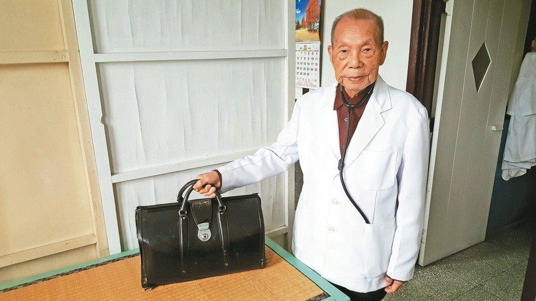 97歲的謝春梅迄今執業不輟。 記者胡蓬生/攝影