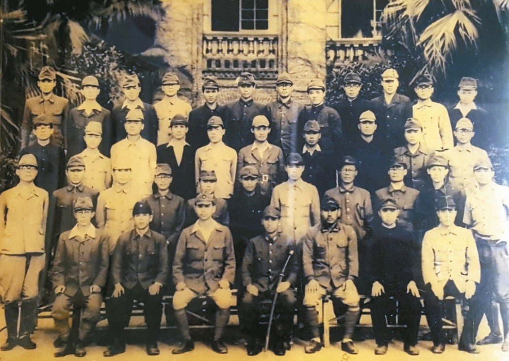 謝春梅(後排左三)通過「台灣總督府乙種醫師考試」後,在台大醫院受訓半年,結訓合影...