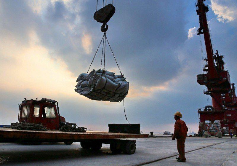 美國大豆運輸船進入大連港。 (法新社)