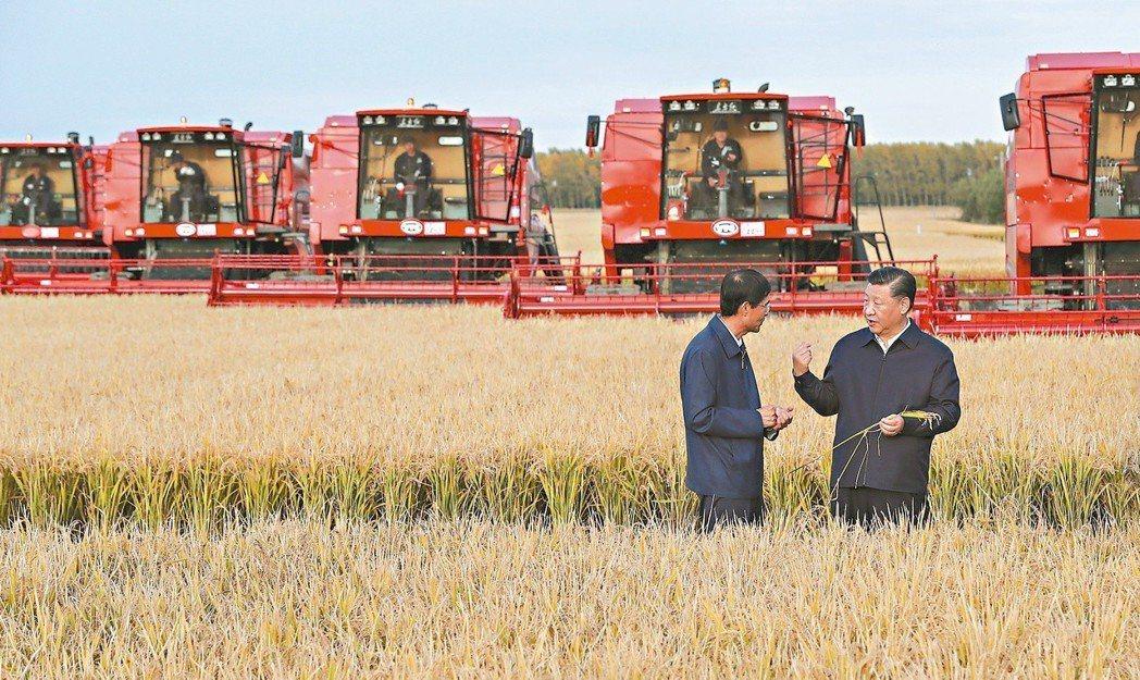 大陸國家主席習近平(右)先前展開地方視察,首訪黑龍江,視察七星農場。他說貿易保護...
