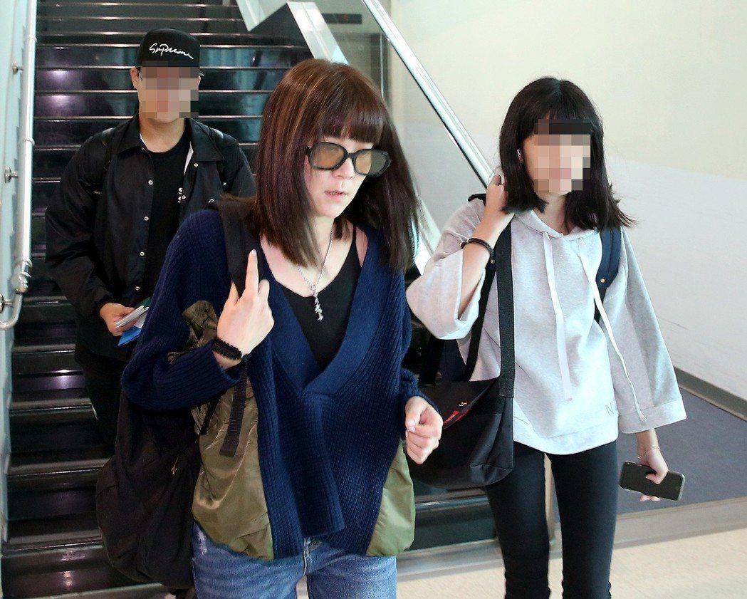 音樂人袁惟仁在上海跌倒受傷,前妻陸元琪(中)帶著兩個孩子,十八日上午搭乘長榮航空