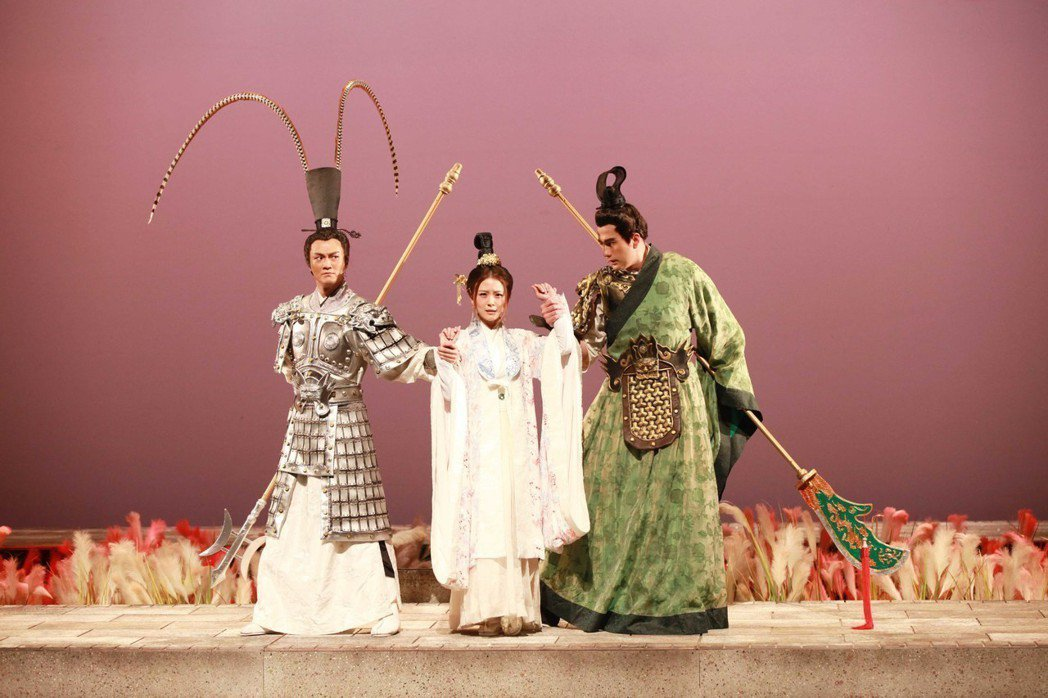 林俊逸(左起)卓文萱和黃志瑋演出[賽貂蟬] 圖/全民大劇團提供