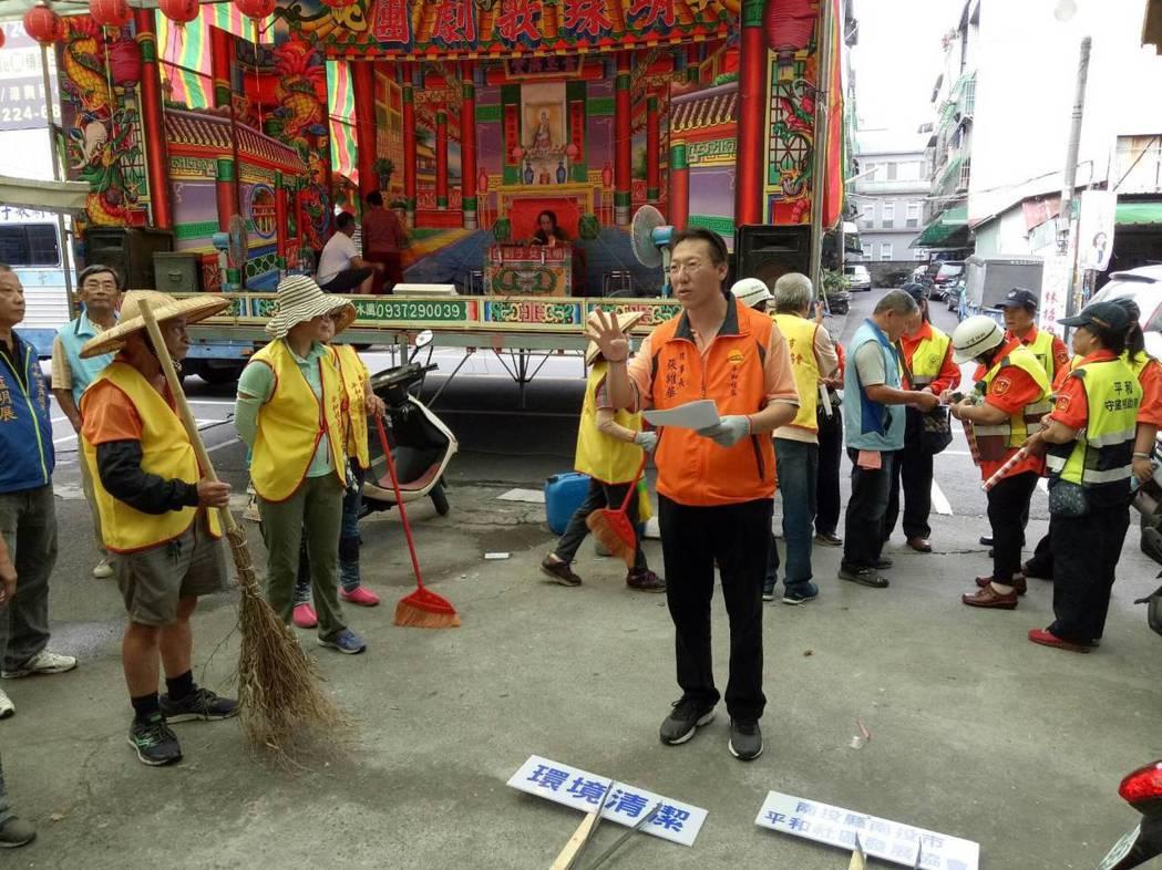 南投縣議員候選人張維華(前,橘色上衣)率環保志工掃街。 圖/張維華提供