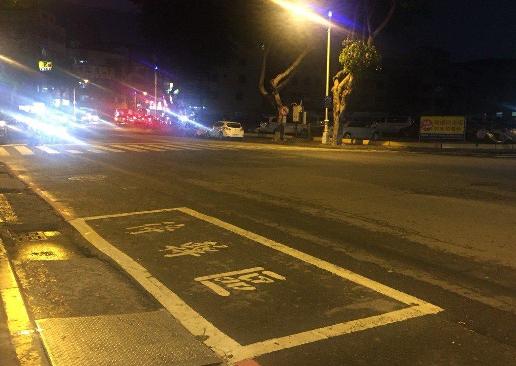 高雄有些T字型路口的待轉區就在人行道旁,曾有駕駛人把待轉區當成停車位。 記者徐如...