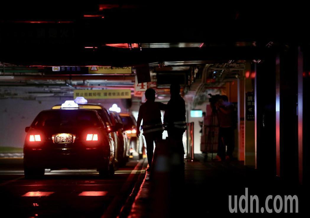 台北車站大跳電,部分商家及區域停電,旅客在黑暗中行進。 記者許正宏/攝影