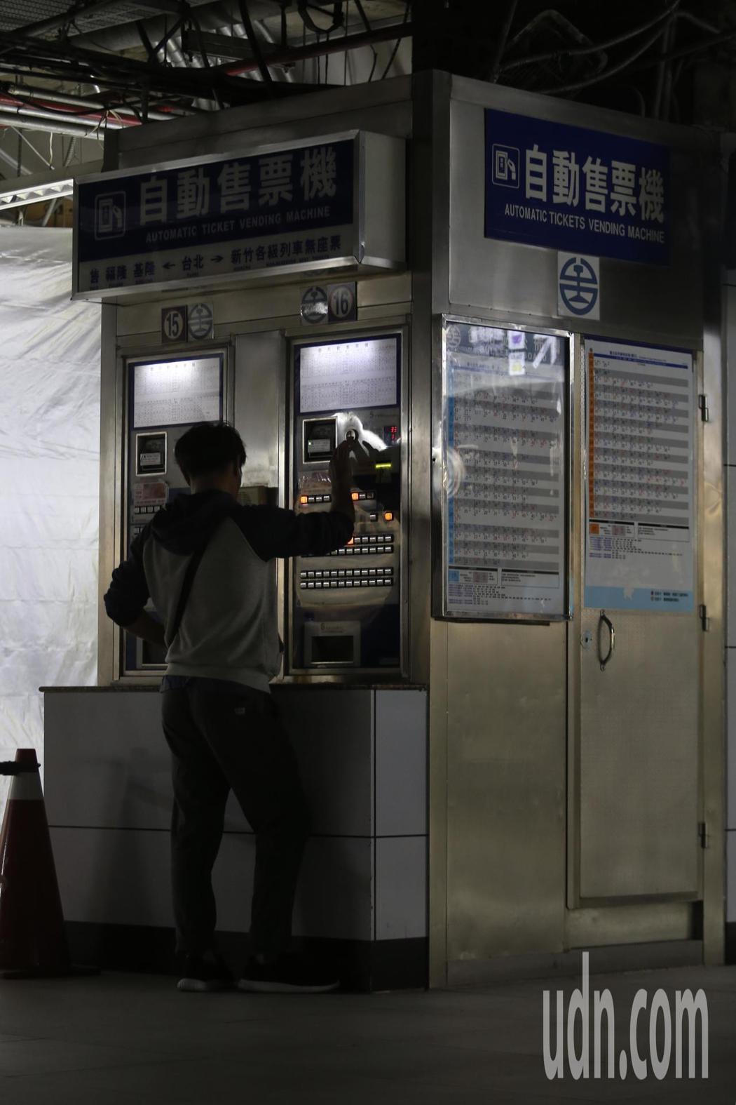 跳電不影響列車行進,但旅客得在黑暗中買票。 記者許正宏/攝影