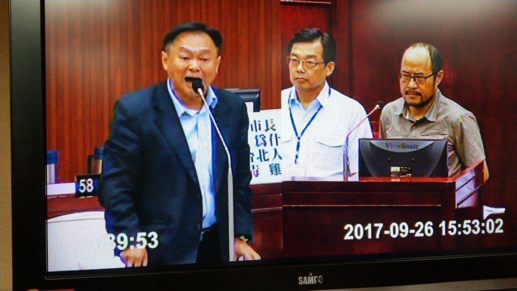 2017年,台北市議員王世堅(左)與網路新聞合作拍攝影片,點閱率破百萬,王履行承...