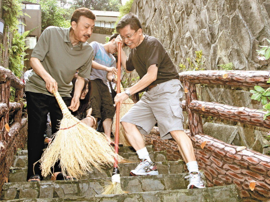 2011年7月,沈富雄(右)在電視節目打賭立委余天(左)不會進入民進黨不分區立委...