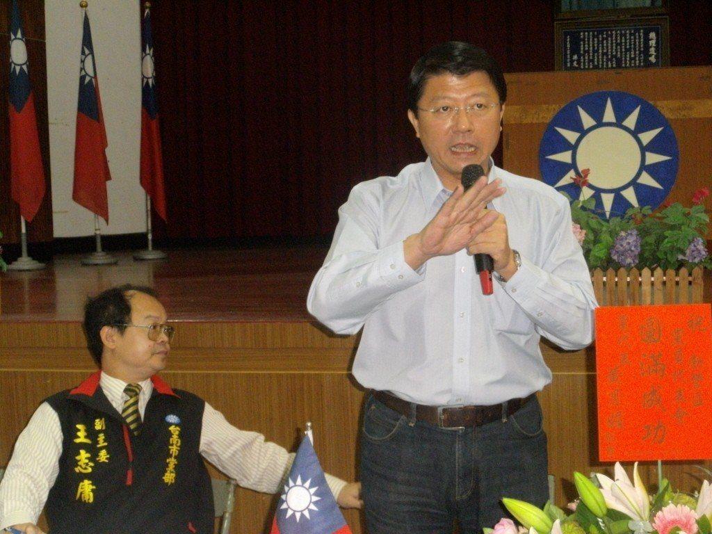 2012年總統大選,國民黨台南市黨部主委謝龍介(右)宣稱,如果蔡英文在台南拿下6...