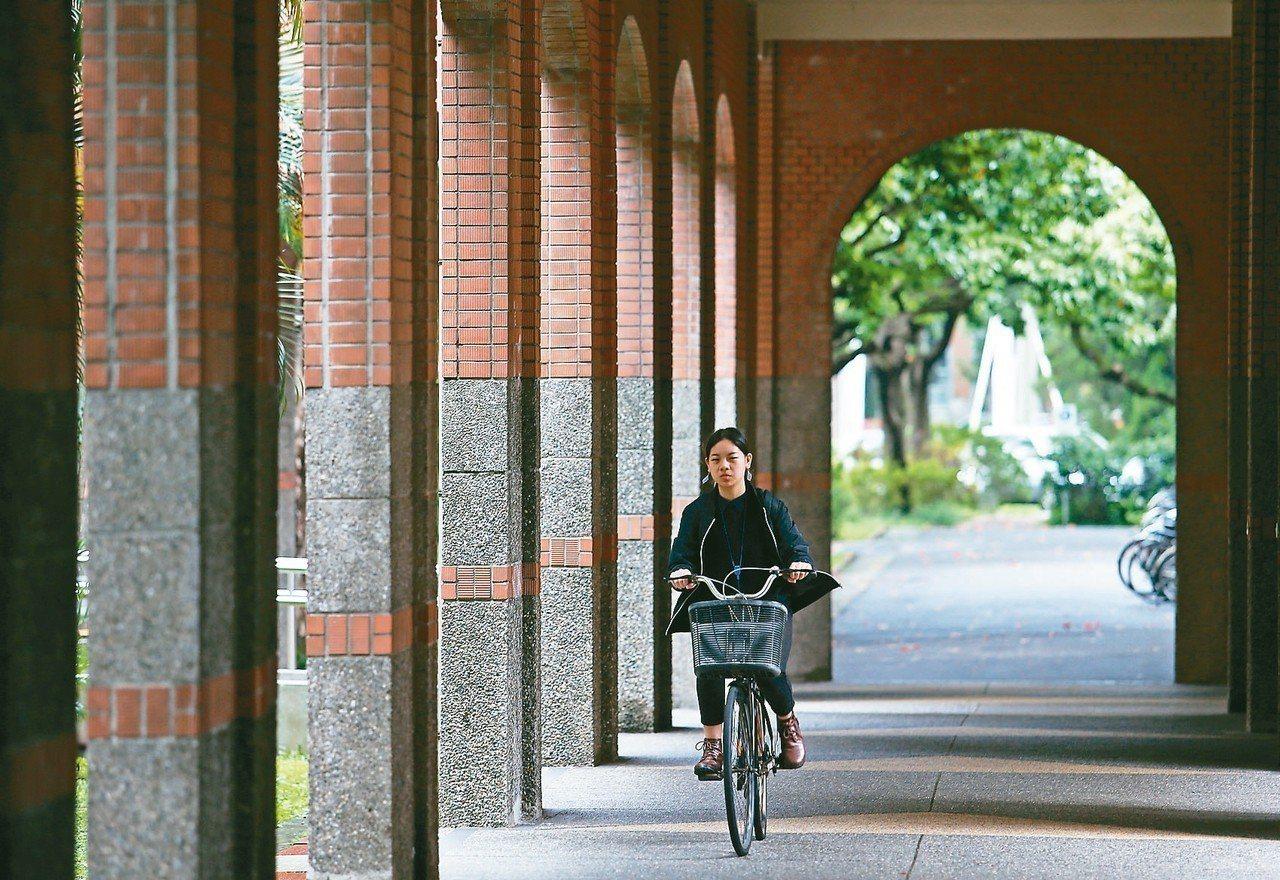 108學年碩士班核定招生比去減逾千人,有113個博士班的招生人數是0人或1人,連...