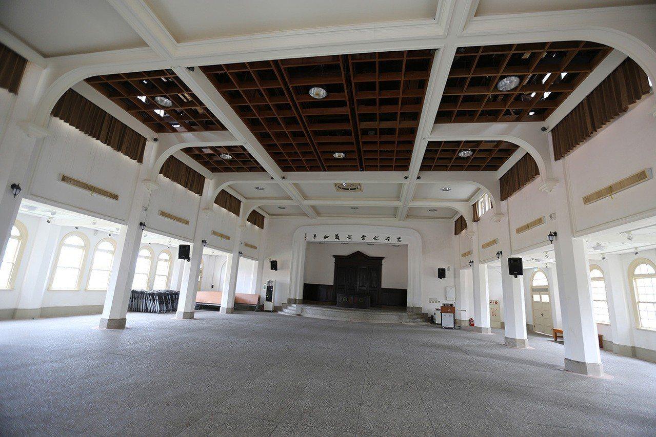 走過百年的台南二中小禮堂,屢經整修後,外觀及色調有點像同時期的國立台灣文學館和東...