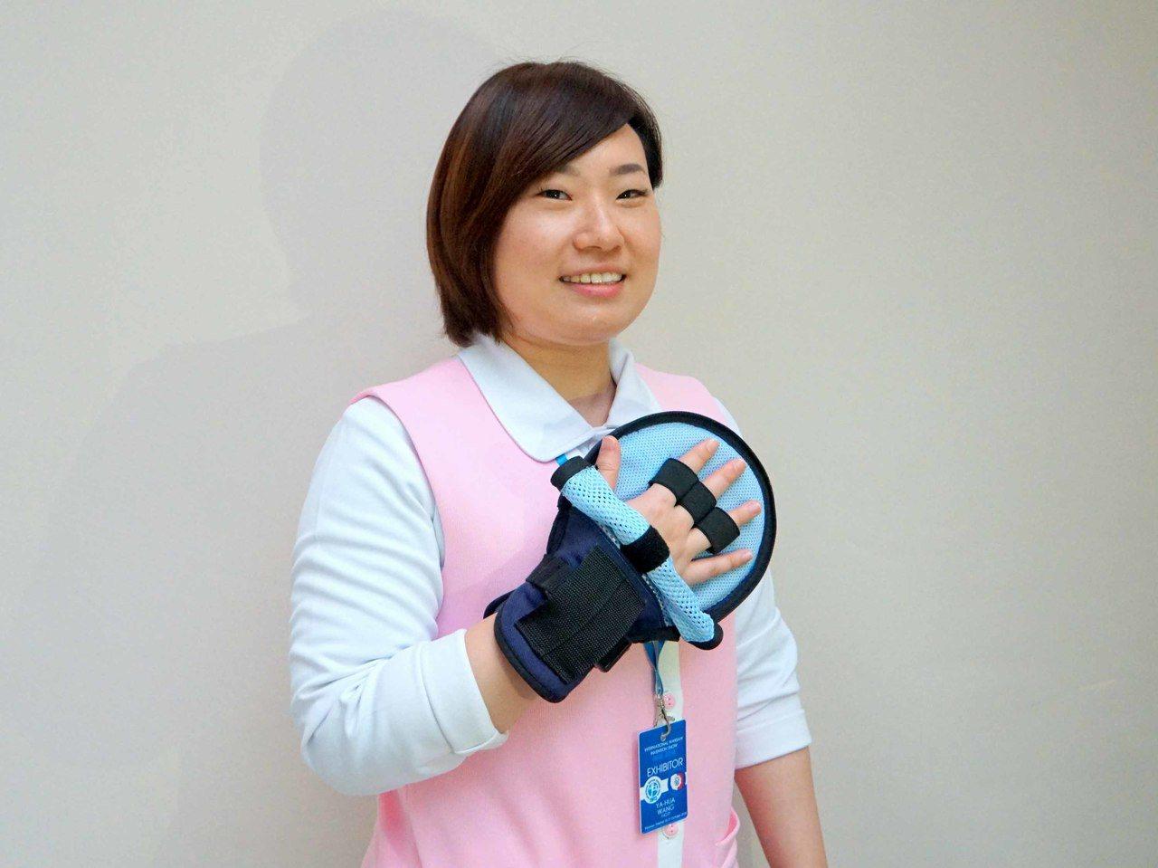 三軍總醫院護理師潘玉玲、廖加怡設計的「拆卸型二合一保護手套」,在波蘭華沙國際發明...