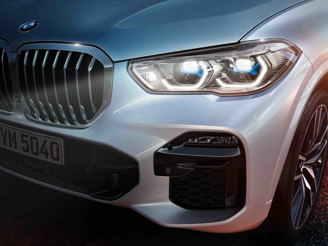 前後標配LED燈組,同時可選用搭載最新BMW智慧雷射頭燈,照明距離高達500公尺...