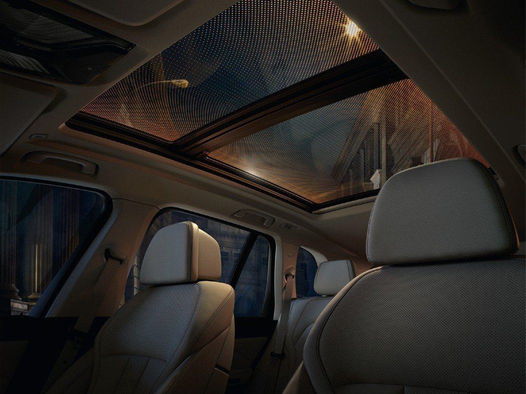 仰頭一望即可看到媲美勞斯萊斯奢華設計的星空天窗,呈現滿天星斗的車室氛圍。 圖/汎德提供