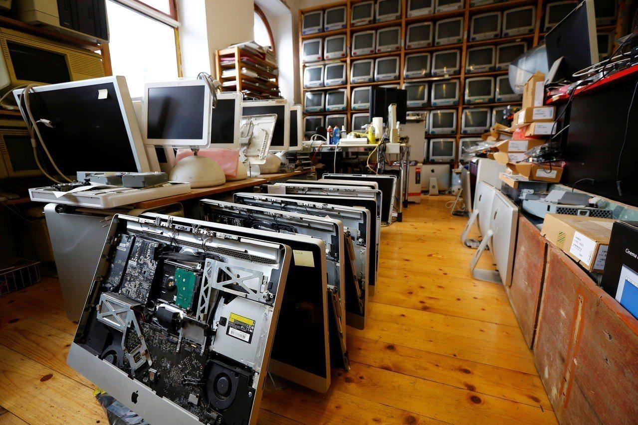 羅蘭德收集了約1100台蘋果電腦,但由於再也付不起倉庫租金,他期待能有善心人士接...