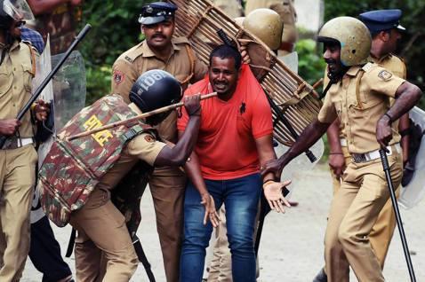 反對女性朝聖的保守派信眾,遭到印度警方強力驅離。 圖/法新社
