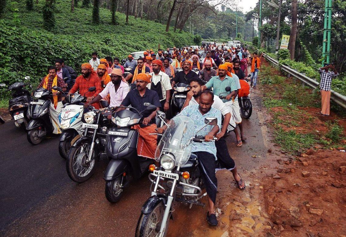 在沙巴力瑪拉神廟祭祀法會開放的前夕,通往神廟途中的山區道路被上千名保守派信眾包圍...