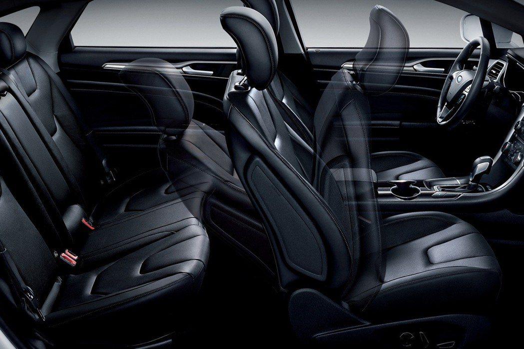 Ford Mondeo標配雙前座十向電動調整皮椅(附加熱功能),提供駕駛與乘客尊...